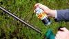 reinigt Scheren und andere Gartengeräte