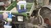 reinigt Maschinen und Rasenmäher